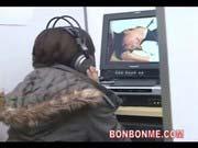 「ネカフェの個室でAVを見てたお姉さんに乱入し無理やり強姦レイプする変態男!」のサムネイル画像