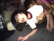 「薄暗い部屋で騎乗位で腰を振り悶える女子」のサムネイル画像