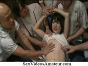 「幼児体型のロリ美少女をよってたかって肉便器にしてアナルとおまんこに中出し!」のサムネイル画像