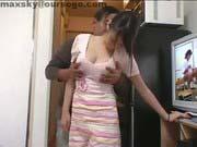 「胸チラしまくりな巨乳家政婦さんにエログッズを見せつけヤっちゃう!」のサムネイル画像