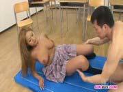「爆乳なJK美少女に中出し!意外と可愛い穴でオススメ!」のサムネイル画像